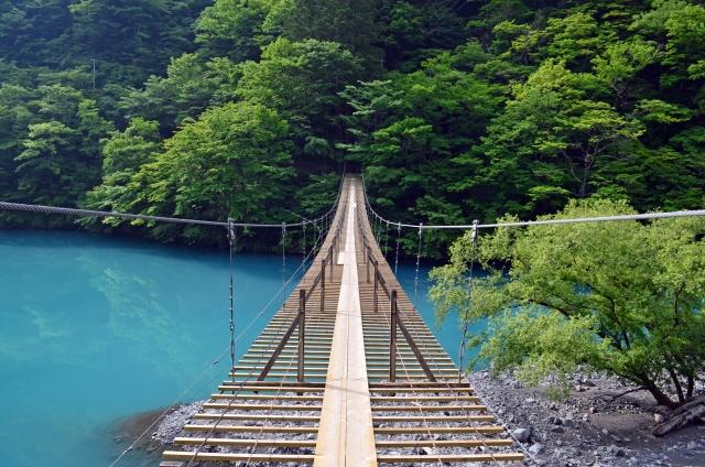 川にかかる吊り橋の写真