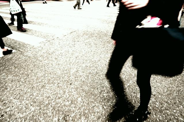 横断歩道に立つ女性の写真