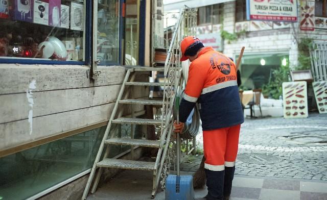 街で清掃をする人の写真