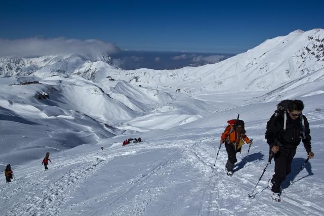 冬山登山をする人たちの写真