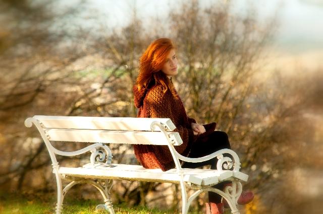 ベンチで振り向く女性の写真