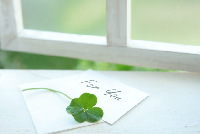 四つ葉のクローバーと自分へ宛てた手紙の写真