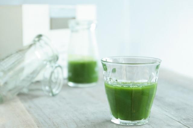青汁の入ったグラスの写真