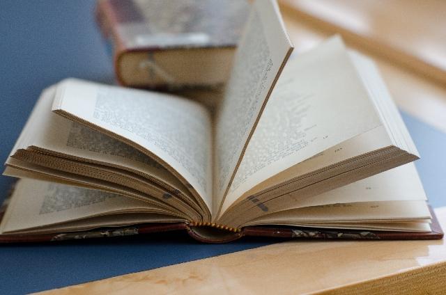 開いたままの本の写真