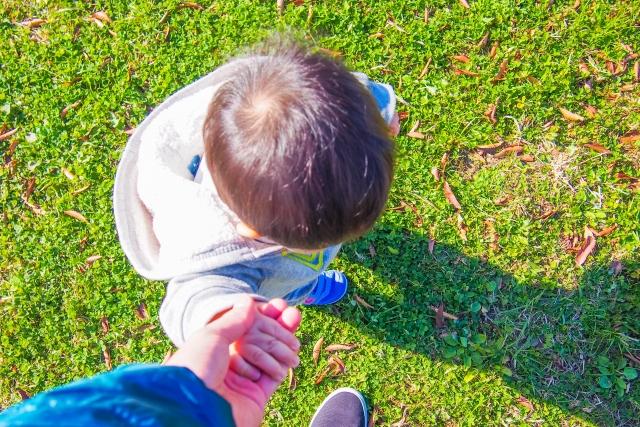 親と手をつなぐ子供の写真