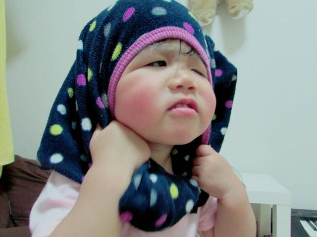 着替えをしている子供の写真