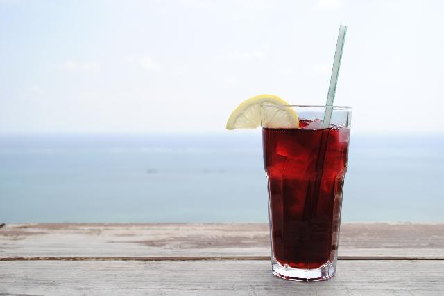 コーラの入ったグラスの写真