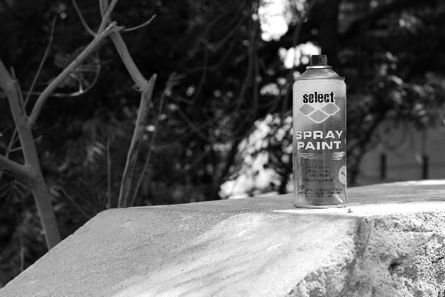 スプレー缶のモノクロ写真