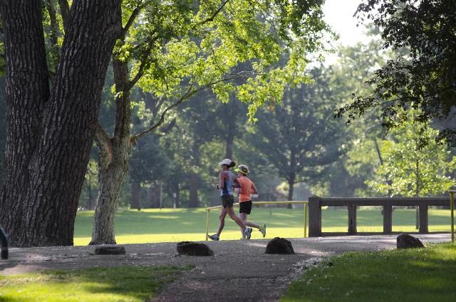 公園でジョギングをしている人の写真