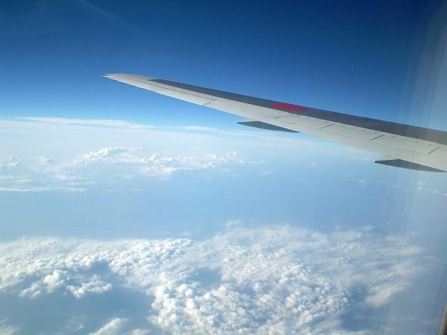 飛行機の窓から見える雲の写真