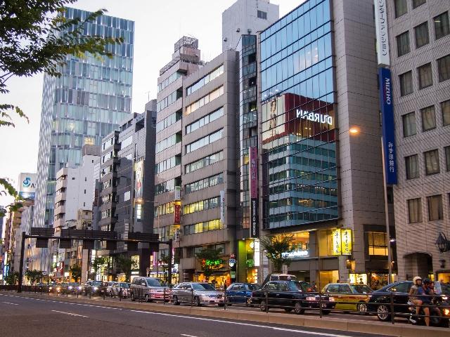 表参道と青山通りの交差点付近の写真