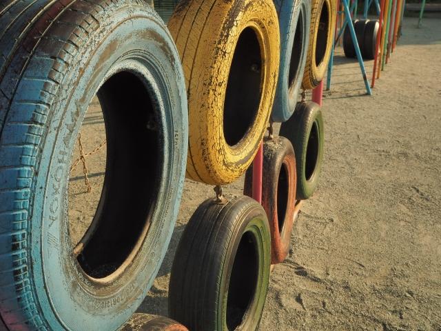 公園にある車のタイヤで作られた遊具