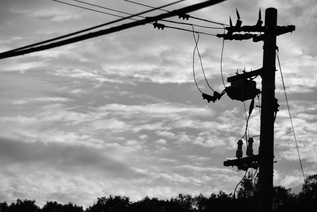 電柱と電線のモノクロ写真