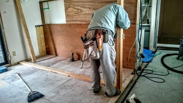 部屋のリフォームの作業をしている男性の写真