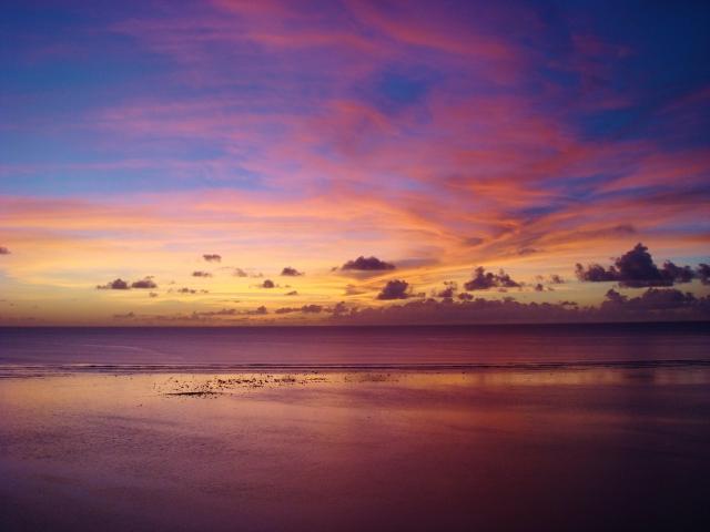 夕暮れ時のビーチの写真