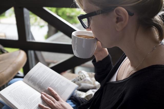 コーヒーを飲んでいる女性の写真