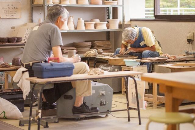 陶芸をしている初老の男性の写真