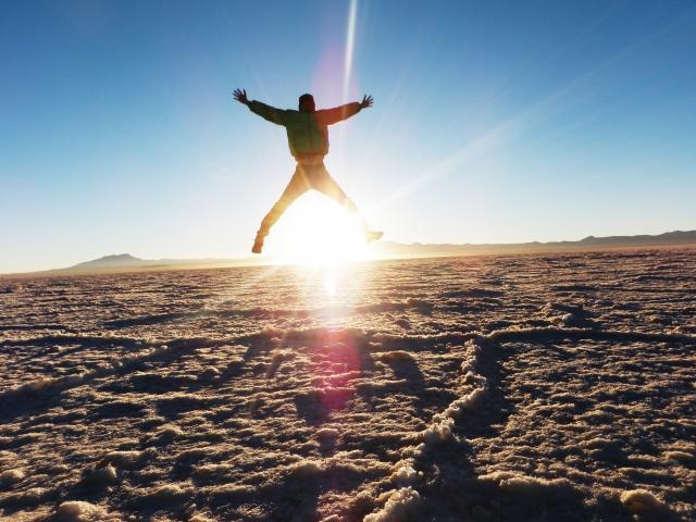 チリにあるウユニ塩湖でジャンプしている男性の写真