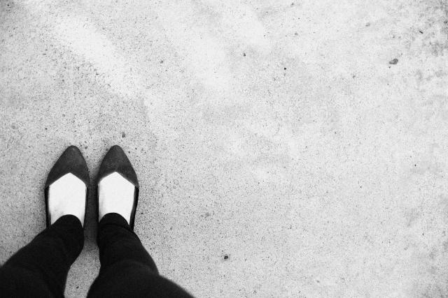 足元を写したモノクロ写真