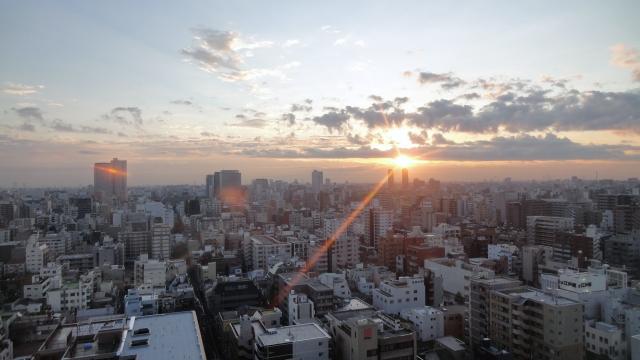 都会の夕焼けを写した写真