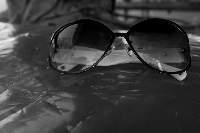 モノクロのサングラスの写真