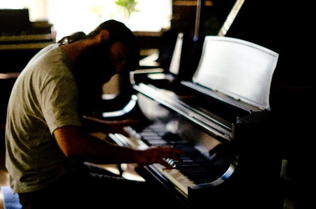 男性ピアニストの写真