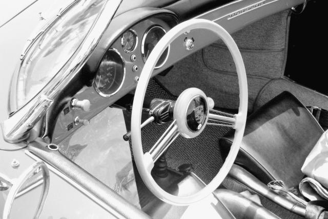 車のモノクロ写真