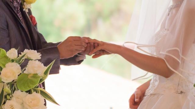 結婚式で指輪交換をしている写真