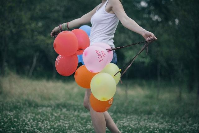 風船を持った女性の写真