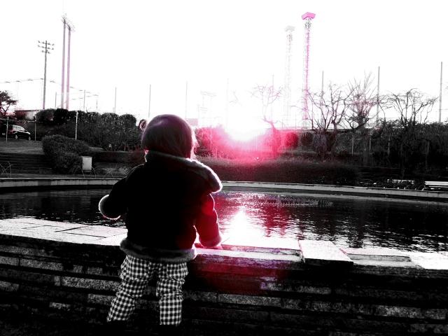 夕日を眺める子供の写真