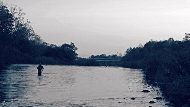 川で釣りをしている人の写真