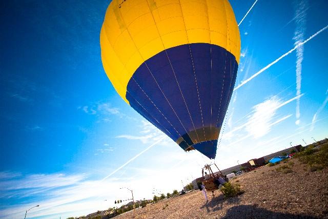 大空に飛び立とうとする気球の写真