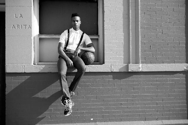 バスケットボールを持っている黒人男性の写真