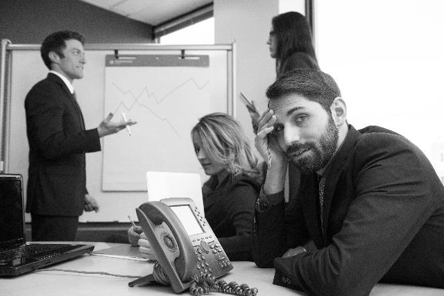 会議中によそ見をする人の写真