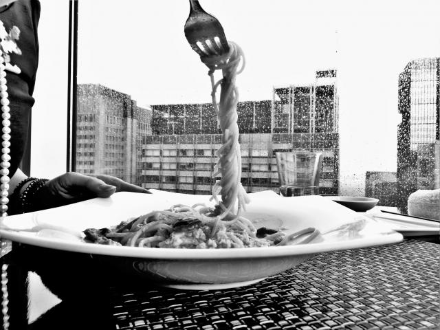 スパゲッティのモノクロ写真