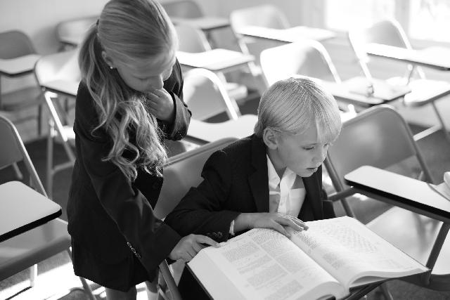 教室辞書を広げる男子児童と女子児童の写真