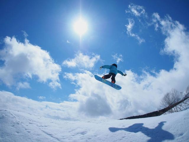 スノーボードをしてジャンプをしている人の写真