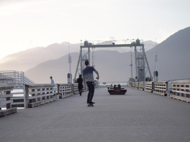 スケートボードをしている人の写真
