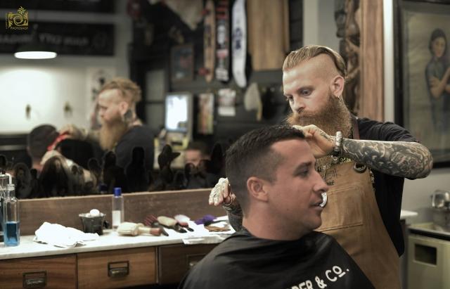タトゥーをしている外国人理容師の写真
