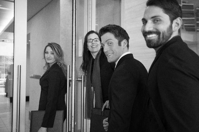 オフィスに入ろうとしている外国人の写真