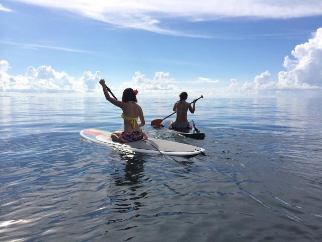 パドルサーフィンをしている女性の写真