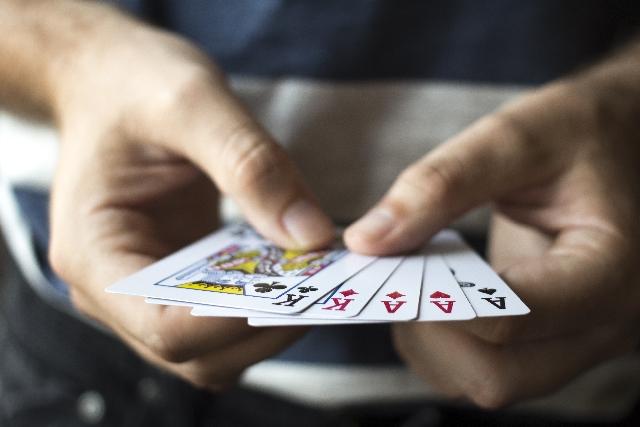 ポーカーゲームをしている写真