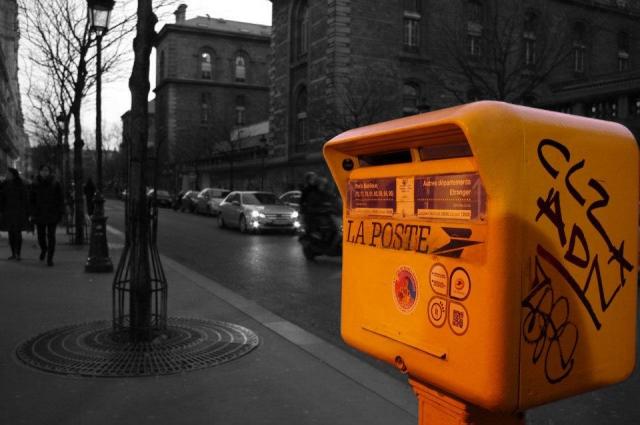 黄色い外国の郵便ポストの写真