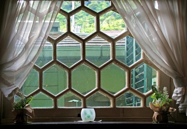 窓の鉄格子の写真
