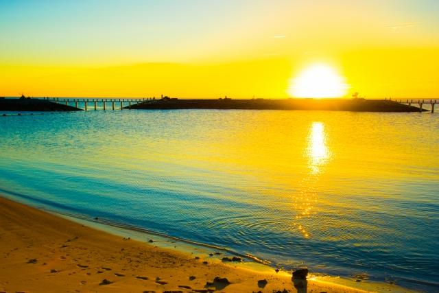 砂浜から見る朝日の写真