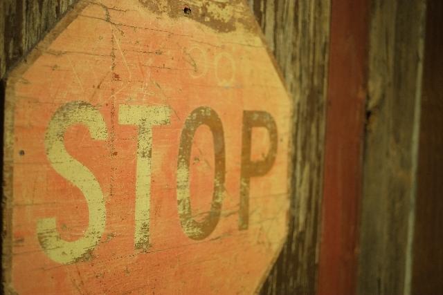 ストップと書かれた古い標識