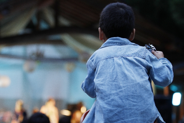 肩車をされている子供の写真