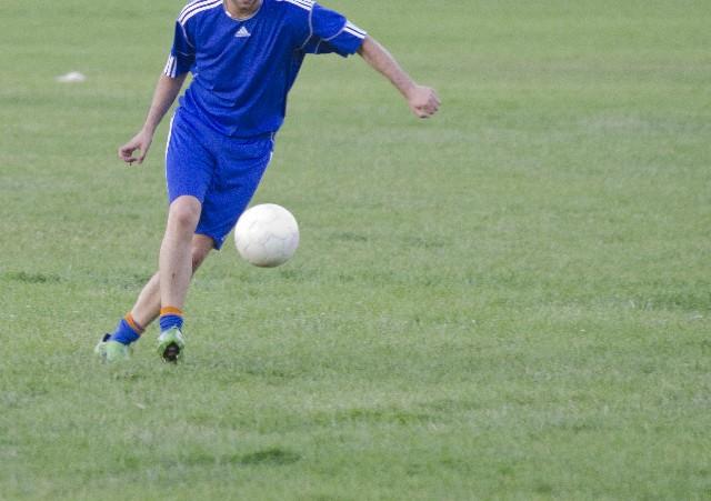 サッカーをしている子供の写真