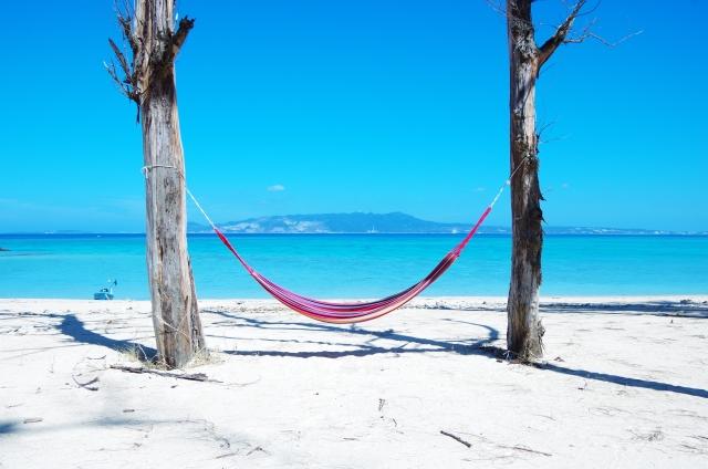 沖縄のビーチとハンモックの写真