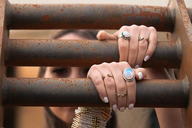 鉄柵の間からこちらを見ている女性の写真